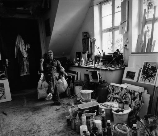 Bernd Behrends in seinem Atelier, sitzend in einem Sessel